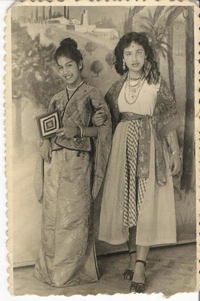 אמא שלי, אולי (משמאל) בת 14 ואחותה הגדולה שרה. פורים 1953