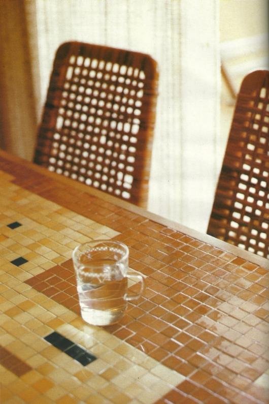 השולחן, הכסא, כוס המים
