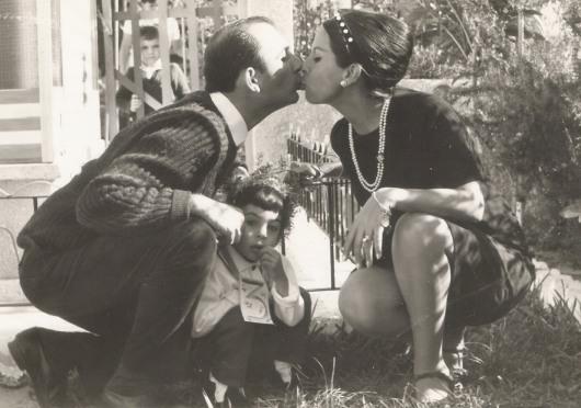 באהבה ובכבוד. ההורים שלי ואני באמצע. דצמבר 1966